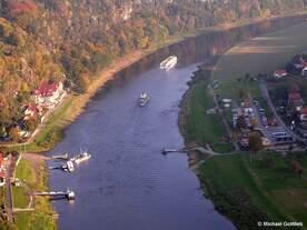 Fähre zwischen den beiden Elbseiten bei Kurort Rathen sowie Raddampfer der Dresdener Flotte und Flusskreuzschiff am Abend (Sächs.