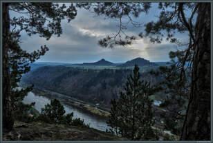 Blick von der Kleinen Bastei über das Elbtal auf den Zirkelstein und die Kaiserkrone bei Schöna.