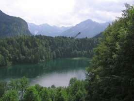 Freibergsee mit Skiflugschanze im Stillachtal hinter Oberstdorf mit bequemen Rundweg oberhalb des Sees (Landkreis Oberallgäu - Juli 2006)
