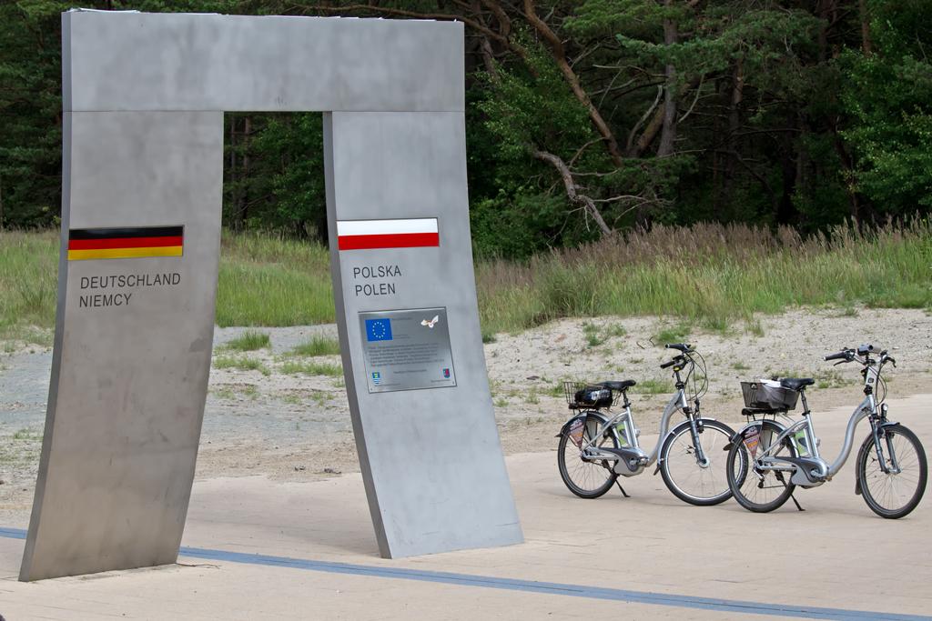 mit ausgeliehenen e bikes an der movelo station ahlbeck ber die deutsch polnische grenze nach. Black Bedroom Furniture Sets. Home Design Ideas