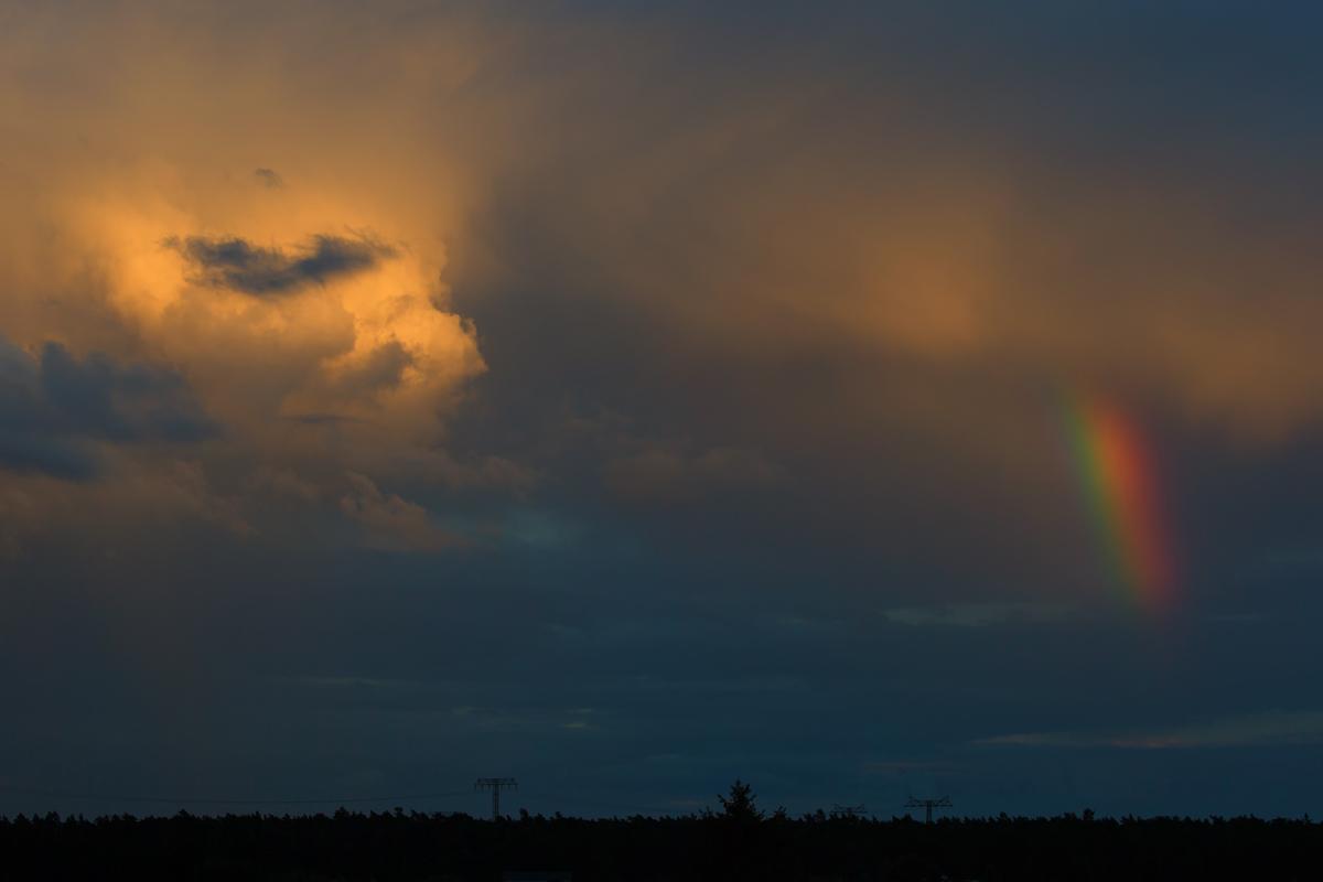 nach einem regenschauer am abend wollen regenbogen und sonne sich gleichzeitig durch die wolken. Black Bedroom Furniture Sets. Home Design Ideas